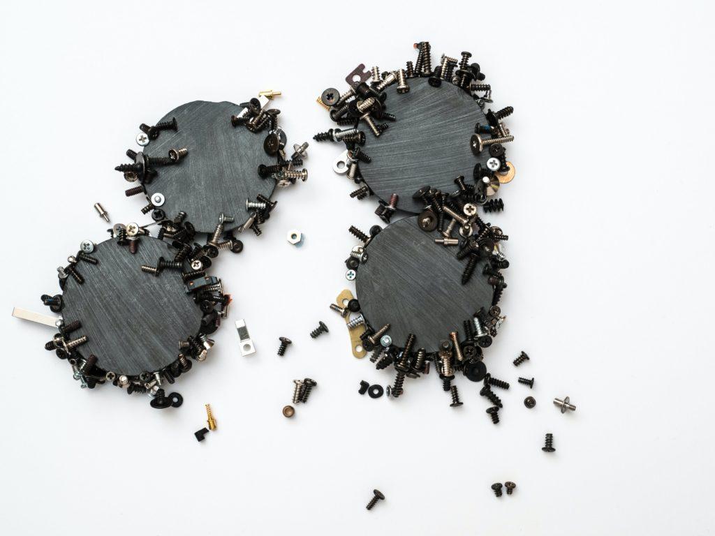Schrauben, die von einem Magneten angezogen werden