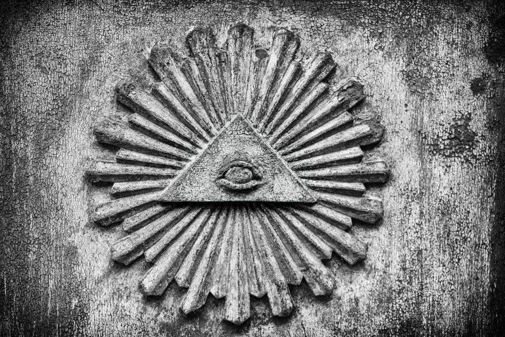 Relief mit einem Auge in einem Dreieck